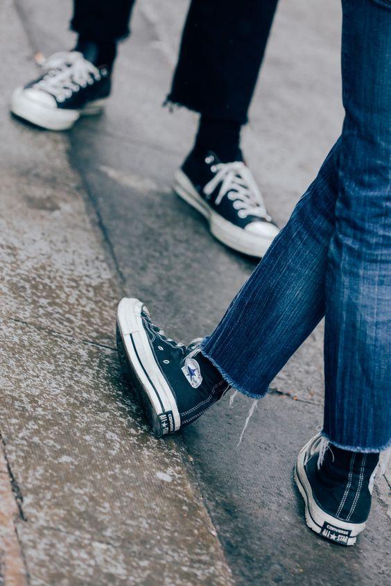 Calça Jeans Masculina com Barra Cortada Desfiada e All Star Preto