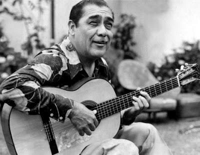 Foto de Oscar Avilés más joven con su guitarra