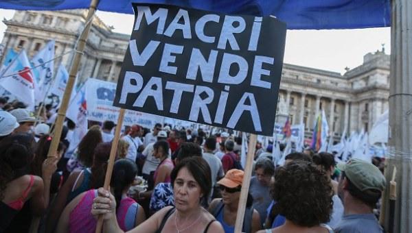 Familias argentinas no pueden afrontar incremento de 400% en tarifas de luz y gas
