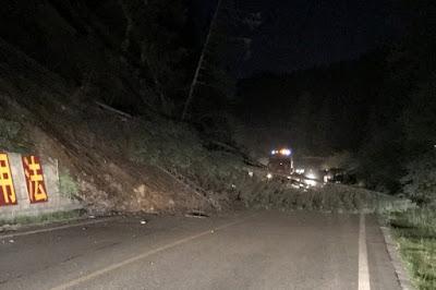 Árboles caídos bloqueando un camino tras un sismoen la prefectura de Ngawa, China, ago 8, 2017. CNS/Chen Yunhua via REUTERS ATENCIÓN EDITORES, IMAGEN CEDIDA A REUTERS, NO DISPONIBLE PARA CHINA    Al menos cinco personas murieron y otras 60 resultaron heridas, 30 de ellas graves, en un terremoto de 7 grados de magnitud en la escala de Richter que sacudió hoy la provincia central china de Sichuan, informaron autoridades locales citadas por la agencia oficial Xinhua.  EFE  El terremoto, uno de los más potentes registrados en China en los últimos años, se produjo a las 21.19 hora local (13.19 GMT) con epicentro en la turística comarca china de Jiuzhaigou, una zona que cada día es visitada por miles de viajeros (sólo hoy se contabilizaron 38.000 turistas).  El temblor tuvo su epicentro a 33,2 grados latitud norte y 103,82 longitud este, con una profundidad de 20 kilómetros, según el Centro de Redes Sismológicas de China, y golpeó una provincia, Sichuan, que en 2008 sufrió uno de los peores seísmos de las últimas décadas, con más de 90.000 víctimas entre muertos y desaparecidos.  Según los medios oficiales, se han registrado más de un centenar de réplicas del seísmo.  Testigos del terremoto contactados por la agencia oficial Xinhua informaron de que varias viviendas en la zona se han derrumbado y otras sufrieron daños de diversa consideración, por lo que las autoridades locales iniciaron operaciones de evacuación de las localidades afectadas.  Fotografías y vídeos transmitidos por testigos a través de las redes sociales muestran varios edificios en ruinas.  Al menos cien turistas han quedado atrapados en un parque natural de la zona afectada, en la que algunos servicios de ferrocarril tuvieron que ser suspendidos.  En otros lugares más alejados del epicentro en esa misma provincia se informó de que los habitantes sintieron el temblor y salieron temerosos de sus casas, registrándose además cortes del servicio telefónico y el suministro eléctrico.  Incluso en la capital pro