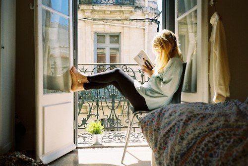 chica-leyendo-balcón