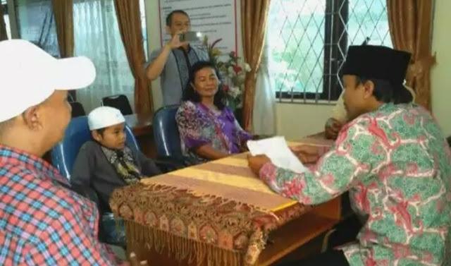 VIRAL! Kisah Orangtua Non Muslim Antar Anaknya ke KUA untuk Masuk Islam