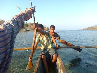 menyebarang ke pulau kepa alor dengan perahu dayung kecil