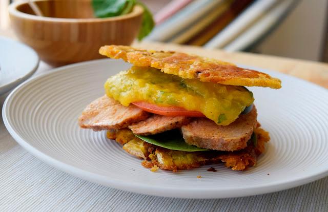 Sándwich de plátano con lomo con salsa de mango y albahaca
