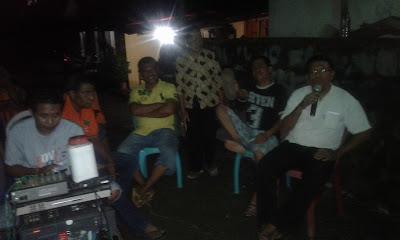 Tampak Beberapa Warga yang Sedang Karaoke