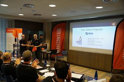 Wavecontrol distribütörler toplantısında satıl ödülü Demos'un