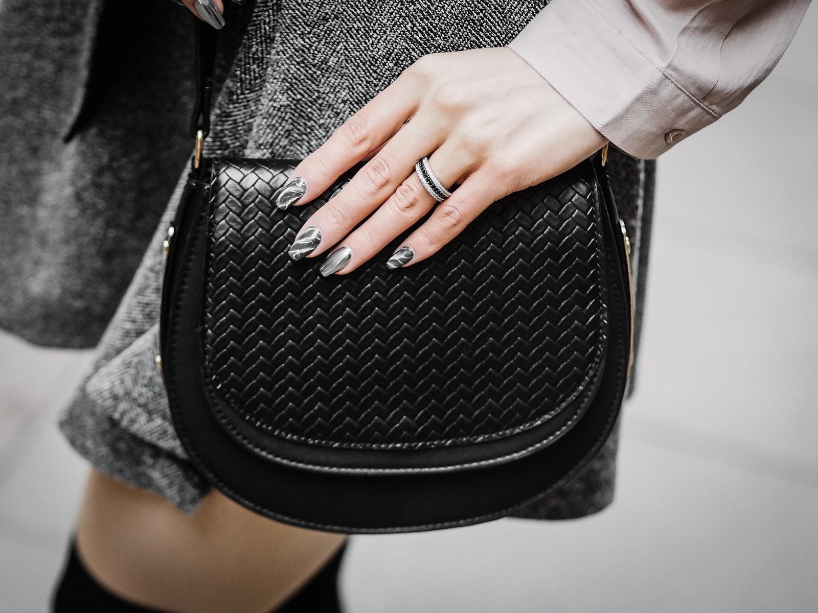 musta laukku kynnet marmori