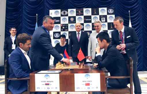 L'Arménien Levon Aronian avec les Blancs pour la première partie de la finale de la coupe du monde d'échecs face au Chinois Ding Liren - Photo © Anastasia Karlovich
