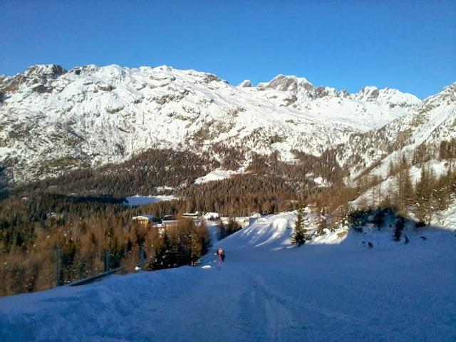 Bambini sugli sci in montagna