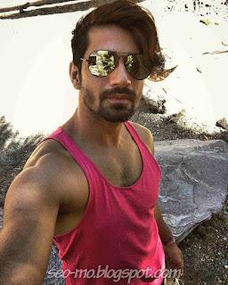 Poto Terbaru Vishal Singh selfie pakai kacamata