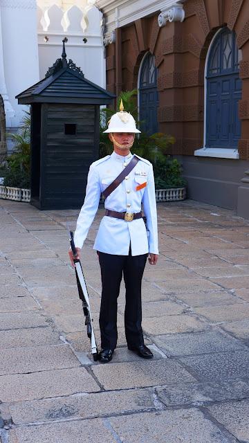 На фото - гвардеец в Королевском дворце в Бангкоке, Тайланд