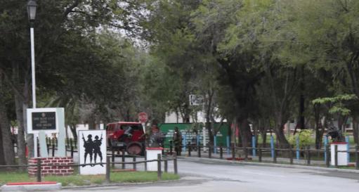 SICARIOS PERSIGUEN a TIROS a TRIPULANTES de HUMMER hasta CUARTEL MILITAR en REYNOSA