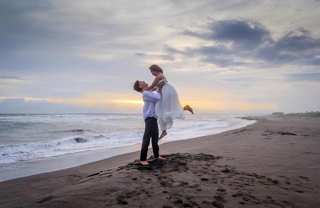foto prewedding di pantai pangandaran