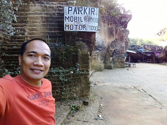 Tarif parkir di Bukit Kapur Arosbaya, Mobil Rp 20 ribu, motor Rp 3 ribu.