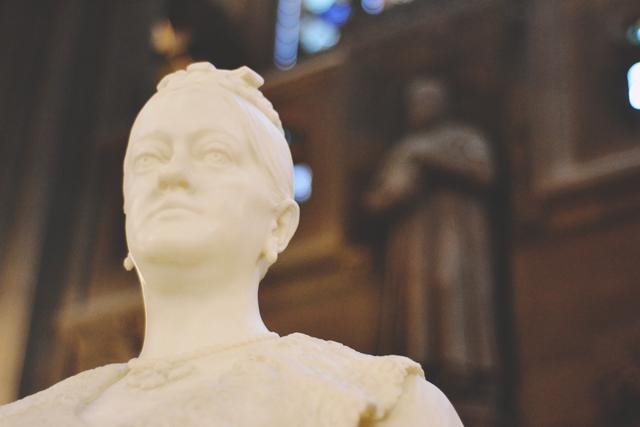Enriqueta Rylands statue