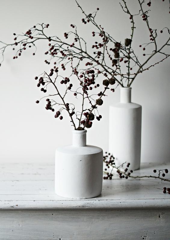 Blog + Fotografie by it's me! - weiße Steingutvase mit Zweigen auf einem Shabbytisch