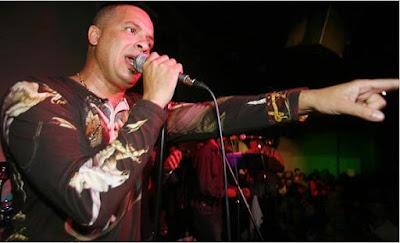 Foto de Isaac Delgado cantando en concierto