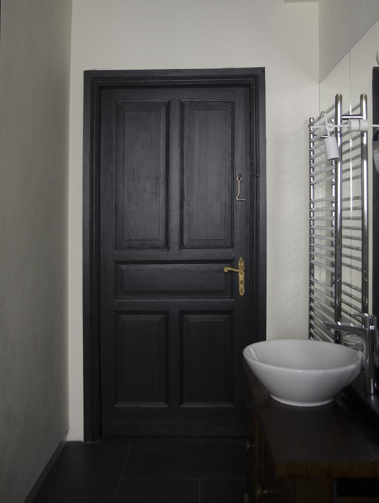 czarne drzwi w łazience