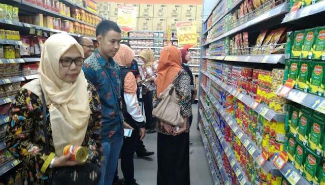 Petugas BPOM saat menyidak pasar. Hasil sidak ribuan kaleng sarden mengandung cacing.