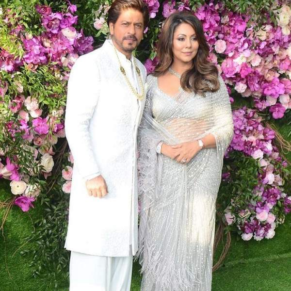 shahrukh khan with gauri in akash ambani marraige