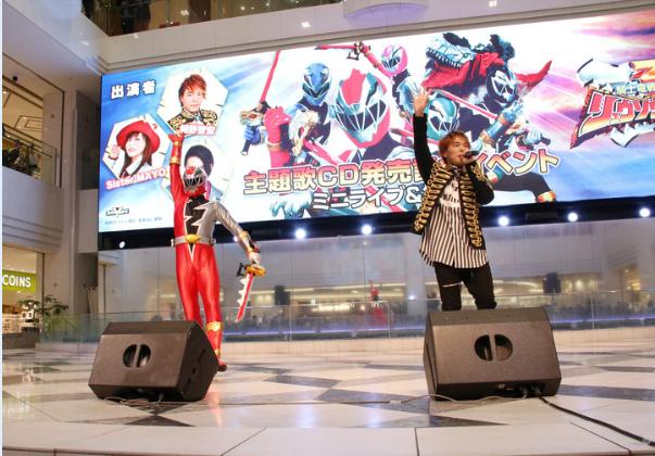 Tomohiro Hatano & Sister MAYO menyanyikan lagu Opening Kishiryu Sentai Ryusoulger