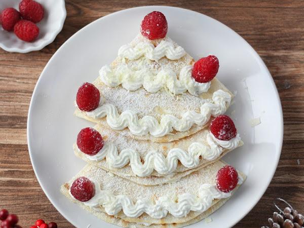 Albero di Natale di piadina con cioccolato bianco, panna e lamponi