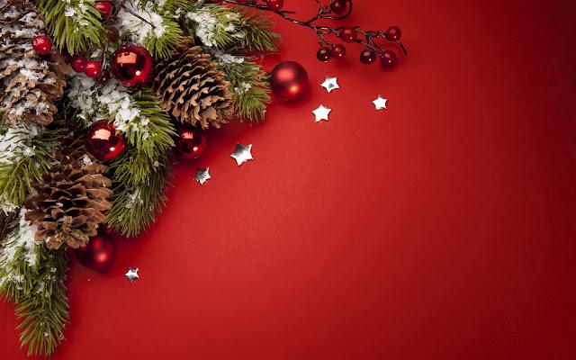 Rode kerst wallpaper met dennenappels en rode kerstballen