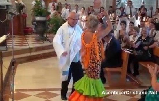 Sacerdote español José Moreno Planas bailando