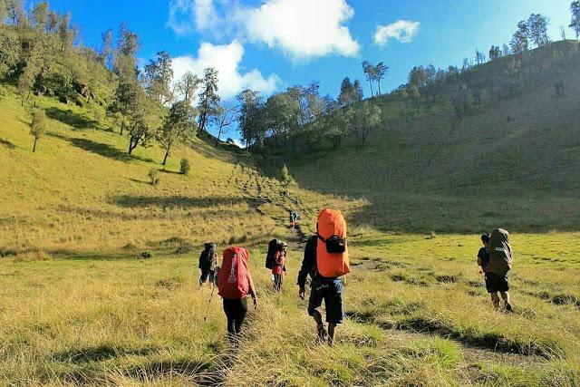 Pesona Wisata Mendaki Puncak Gunung Semeru