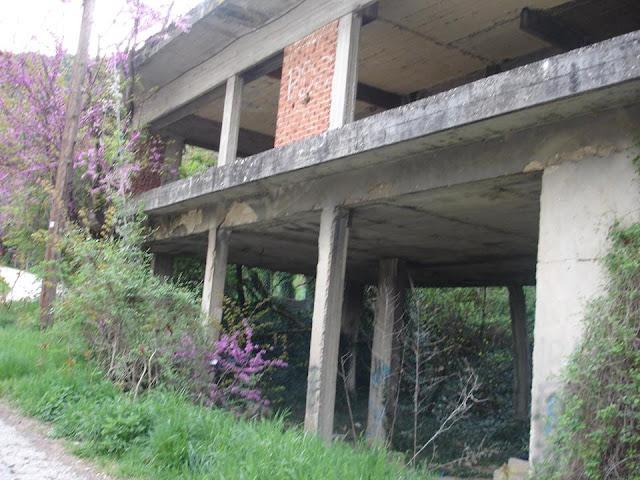 Γιάννενα: SOS από τους κατοίκους της Καλλιθέας... Σε κέντρο χρήσης-διακίνησης ναρκωτικών μετατράπηκε ετοιμόρροπο κτίριο