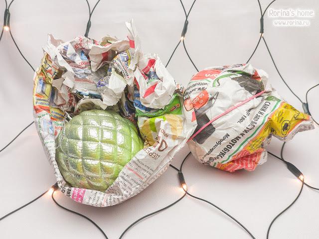 Как хранить елочные игрушки в газете?
