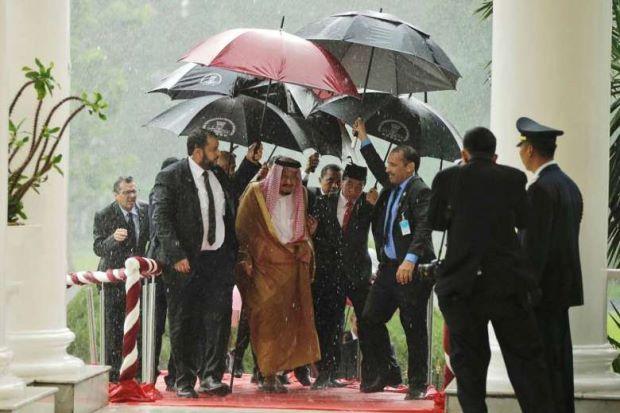 Bikin Malu! Keluhan Jokowi Payungi Raja Salman Masuk Berita Asing