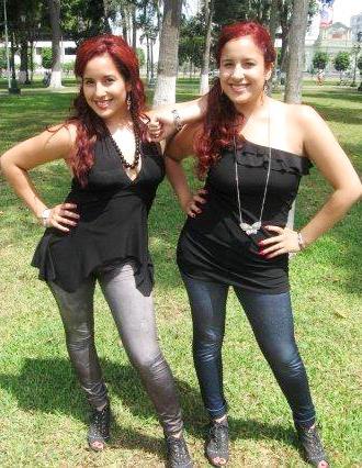 Foto de las gemelas Andrea e Irene posando en un parque