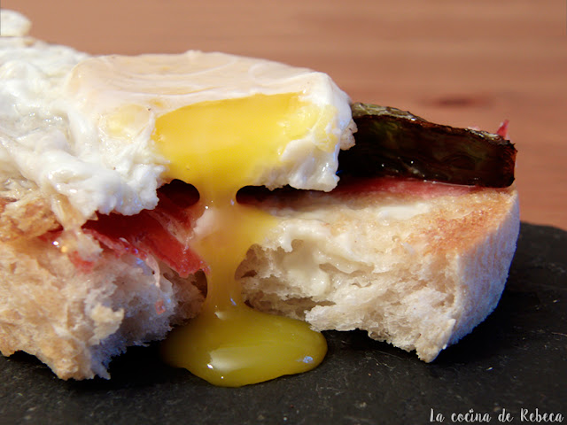 Tosta de jamón, pimientos y huevo
