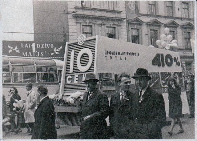 10 цех завода ВЭФ на первомайской демонстрации