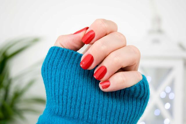 seksowny odcień czerwieni na dłoniach