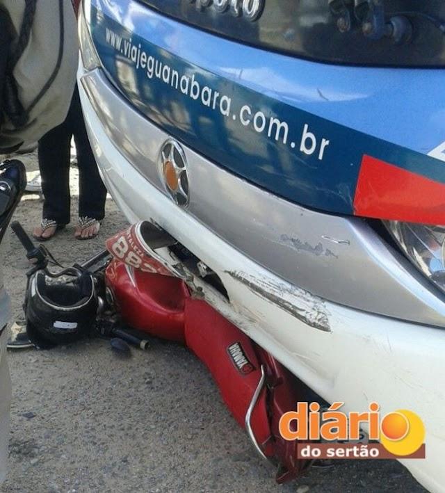 Acidente entre ônibus da Guanabara e moto deixa uma vítima gravemente ferida