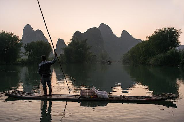 Pêcheur solitaire sur son radeau de bambou