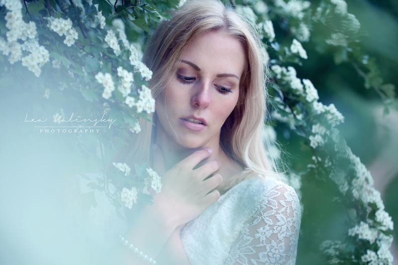 Portrait mit weißen Blüten