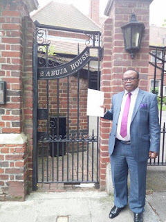 PHOTO: Nigerian man delivers a letter to President Buhari in London