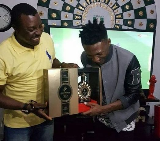 Efe visits Ali Baba, who gifts him expensive Remy Martin
