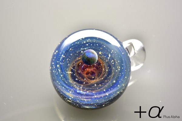 20-Satoshi-Tomizu-とみず-さとし-Galaxies-Sculpted-in-Space-Glass-Globes-www-designstack-co