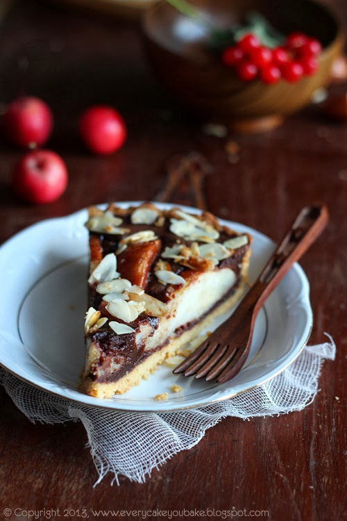 tarta czekoladowa z gruszkami i płatkami migdałowymi