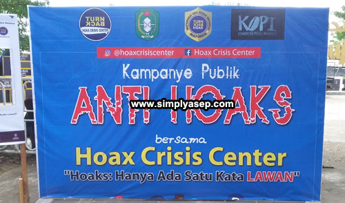 A big banner of Public campaign against hoax displayed in front of the gate of Masjid Raya Mujahidin Pontianak. The campaign of Hoax war carried out by Hoax Crisis Center (HCC) Kalbar at Car Free Day zone on Sunday (22/7).  Photo  Asep Haryono