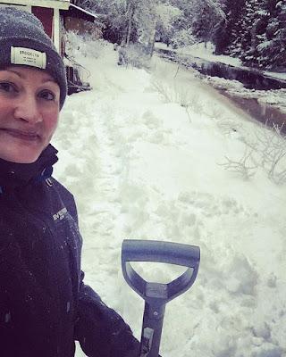 lumeen kaivettu polku ja iloinen kaivaja