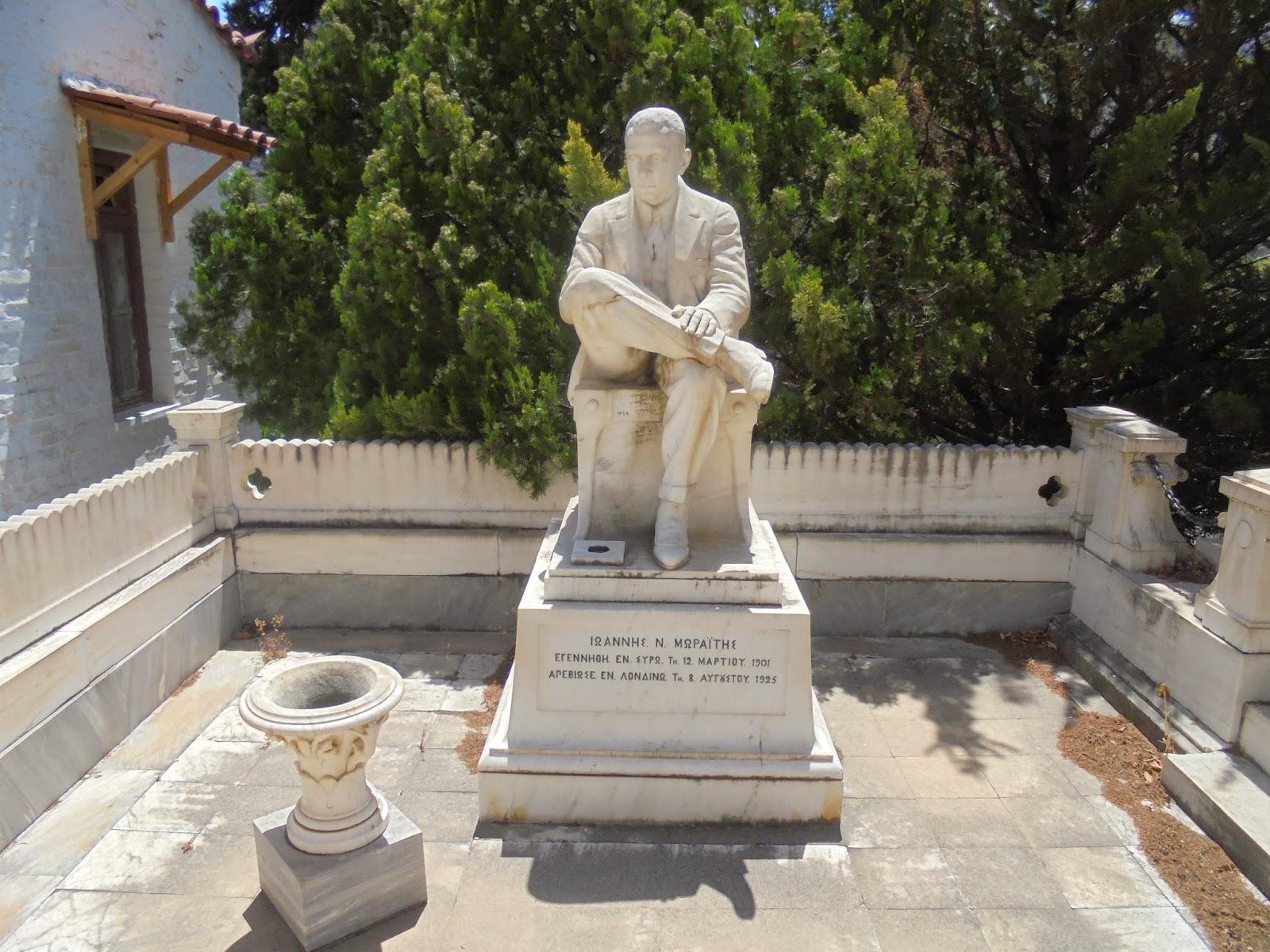 το ταφικό μνημείο του Ιωάννη Μωραΐτη στο νεκροταφείο της Άνδρου