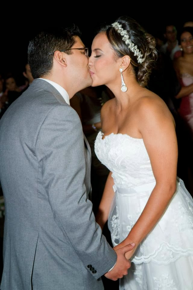 cerimônia - altar - casamento ao ar livre - noivos - primeiro beijo - beijo dos noivos - pode beijar a noiva