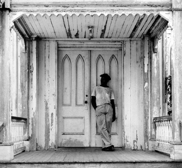 Man on Church Porch, West Palm Beach, FL, 1941, foto por Arnold Newman | imagenes bellas, retratos vintage, cool stuff, pictures, pics, photos