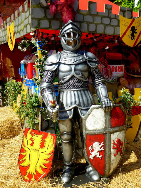 Рыцарь на средневековом фестивале