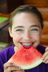 طعام الأطفال مع تقويم الاسنان